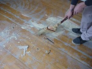 フロアタイルを貼る前の掃除