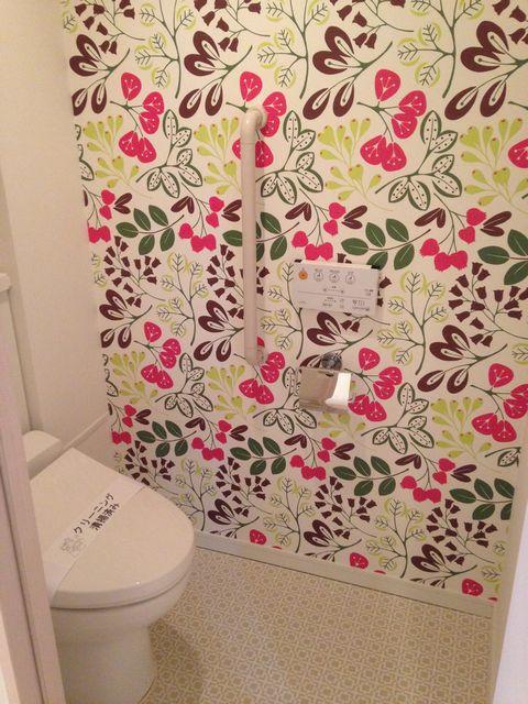 トイレアクセントクロス花柄